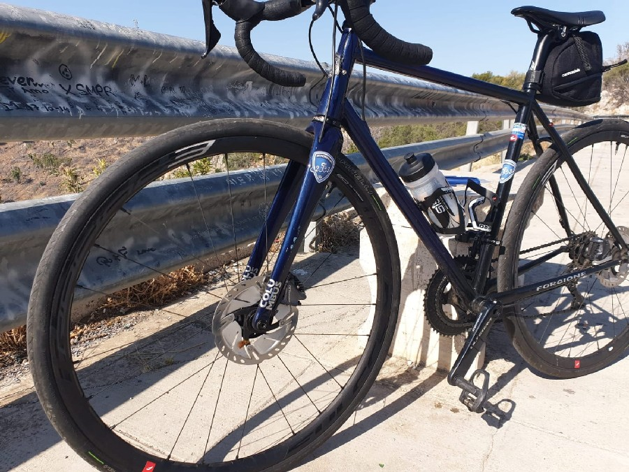 A detailed view of the bicycle complete with Mariapia - Gravel Blue frame -